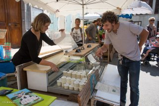 Marché de Mens, GAEC du Petit Oriol, vente de fromages frais et de yaourts