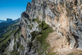Pas de Serre-Brion sur la bordure orientale du Vercors et le mont Aiguille au loin