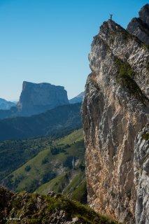 Bordure orientale du Vercors. Pas de Serre-Brion et le mont Aiguille en arrière plan