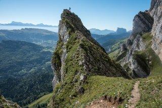 Pas de Serre-Brion sur la bordure orientale du Vercors, avec l'Obiou et le mont Aiguille au loin