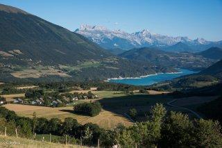 Le plateau de Sinard, le lac de Monteynard et la chaîne du Dévoluy au loin
