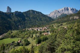 Village de Saint Michel les Portes devant le mont Aiguille et le Grand Veymont