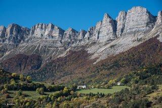 Village de Saint Andéol au pied des falaises du Vercors