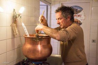 Avec Christian, dans la fromagerie du Cris-Cath, ferme auberge à Tréminis