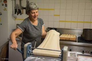 Au Cris-Cath, ferme auberge à Tréminis, Cathy prépare les ravioles du Trièves