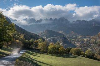 Pré à Saint-Guillaume, au fond les falaises du Vercors