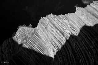 Strates géologiques sous le col de la Brèche, au pied du Châtel. Trièves, Isère