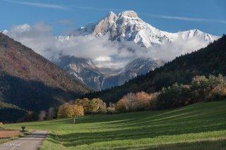 Sur la route de Tréminis, avec le Grand Ferrand en arrière plan. Trièves, Isère