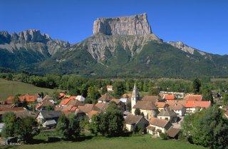 Village de Chichilianne au pied du mont-Aiguille