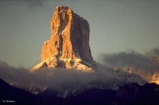 Soleil levant sur le Mont-Aiguille